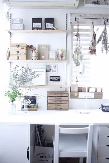 白や木目を基調にしたナチュラルな趣味スペースです。壁を有効に使って、センスよくディスプレイされているのが素敵ですね。