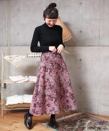 寒い時期のおしゃれを、柄スカートで楽しんで。  スカートを主役にする時は、足元も、トップスも、控えめのダーク系にまとめるのが◎