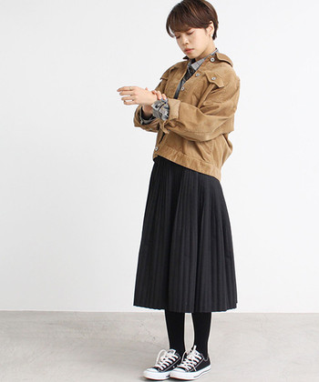 王道の、スニーカー×黒タイツの組み合わせ。  女性らしさのあるスカートに、あえてスニーカーを合わせてカジュアルダウンさせることによって、こなれ感のある着こなしに。ある程度脚のラインが見える、ミモレ丈がおすすめです。