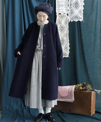 ワンピースの色と、靴下の色は、薄い色味。その周りのパンプス、コート、帽子は、ダーク系にまとめています。  柄や色で魅せるというより、ファッションのデザインを楽しめる、上級者さんコーデ。