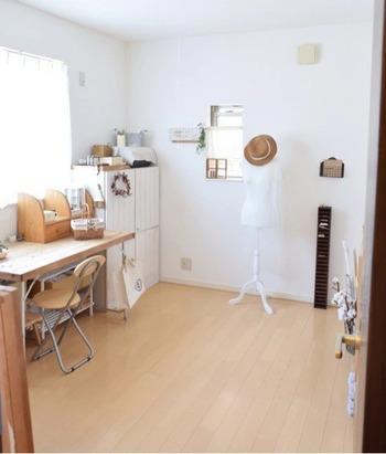物置部屋の一角にアトリエを作られた例です。DIYした収納家具や手作りのディスプレイがおしゃれですね。