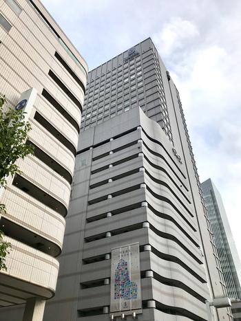 横浜駅東口から地下街ポルタを抜けて3分、横浜そごうに隣接するスカイビルの14階に。カプセルホテルやコワーキングスペースを併設したスパ施設です。  温泉は引き込まれていませんが、高濃度炭酸泉をはじめ泡風呂、ジェットバス、ジャグジー、寝湯、檜風呂、サウナ、水風呂を完備。24時間営業と、いつでも利用できます。