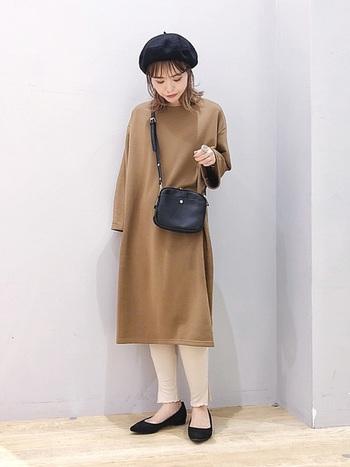 レギンスの裾にはスリットと、ちょっとだけフリルが入っています。シンプルなスタイルでも、女性らしさを足元にプラスしてくれます。