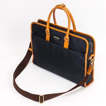 かっちり感のあるビジネスバッグのデザインを採用しながらも、トラッドな印象を与える美しい皮の色合いや素材感が程よく肩の力が抜けた印象のバッグ。