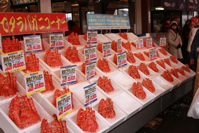 タラバガニは、ロシアやカナダなどの外国産がほとんどですが、日本では北海道が有名。旬は2回で、身が甘くなる春と、硬ガニといって脱皮後に殻が完全に硬くなって一番身入がいいといわれる冬(11~2月)です。冬のタラバガニをぜひ堪能してみませんか。