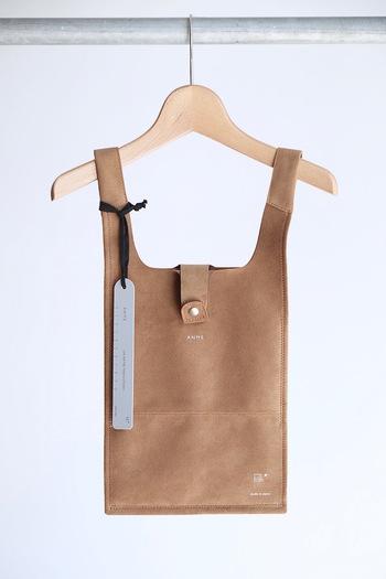 業務用のレジ袋をモチーフにしたというユニークなデザイン。日々のコーディネートに溶け込みつつもしっかりとアクセントを与えてくれそうです。