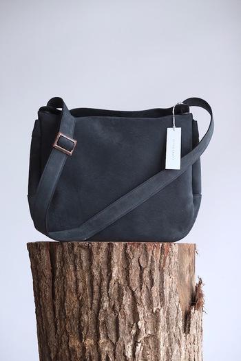 カジュアルな肩掛けデザインでありながら、素材には上質な山羊皮を使用したバッグ。少し毛羽立たせた表面が柔らかな手触りを叶えます。こちらのバッグを手掛けるブランド「STYLE CRAFT」はデザイナー自身が素材集めから生産までをすべて行っているのが特徴。そのため、良質な素材を最大限に活かした一品となっています。