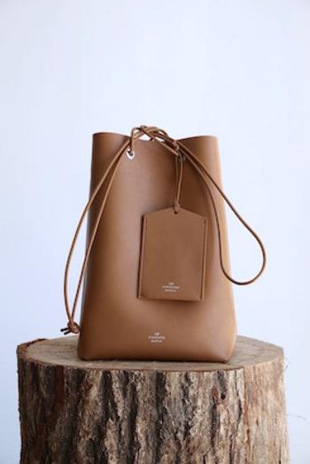 付属のパスケースも合わせて洗練された雰囲気のバッグです。細い紐状の持ち手が華奢で女性的な印象を与えます。