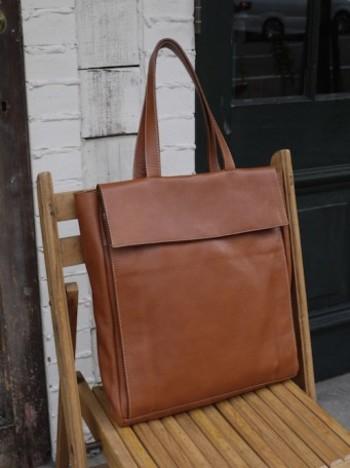 書類がしっかり入るサイズのこちらのバッグ。シンプルながらも味がある風合いは、一味違った通勤バッグに。