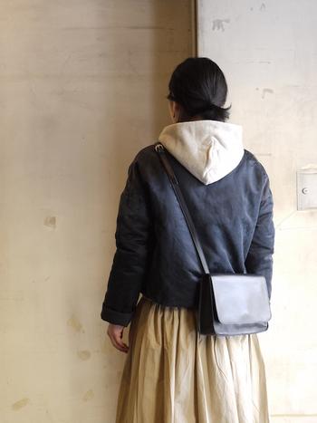 ブエノスアイレスを拠点として活動するデザイナーが手掛けた、日々の背筋を少しだけ伸ばしてくれるようなバッグ。 シンプルなデザインが素材の高級感を引き立てます。