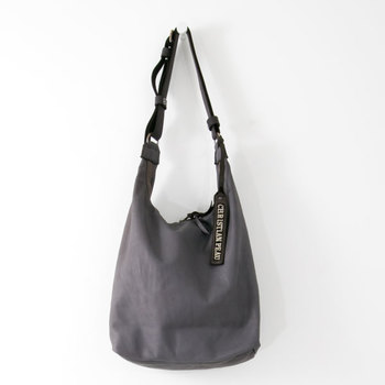 仔牛の皮を使った非常に上質なバッグ。二度染めによって生まれる絶妙な色合いとゆったりとしたシルエットが魅力的ですね。