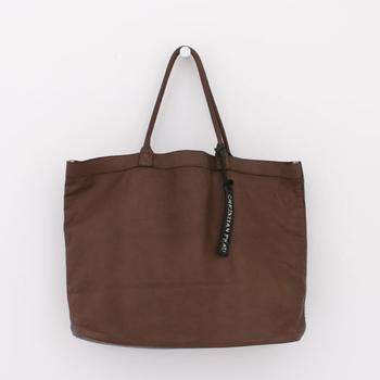 ココアのような色合いが実に絶妙なこちらのトートバッグ。マットな質感の皮素材を使用しており、高級感を保ちながらも厳つくならないデザインです。