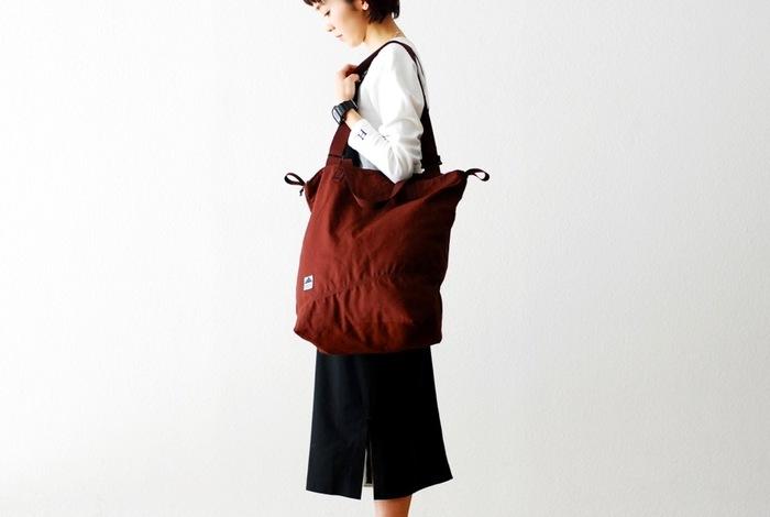 カジュアル・アクティブな印象のこちらのバッグは、リサイクルポリエステルとオーガニックコットンを素材として使用。街中だけでなく、山や川など自然の中で使い込みたくなるデザインですね。