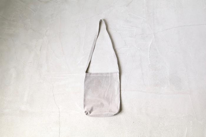 シンプルな形のショルダーバッグ。柔らかなスウェード素材を用いることで、ラフな雰囲気に仕上がっています。小さめサイズなので、気軽なお出かけにも。
