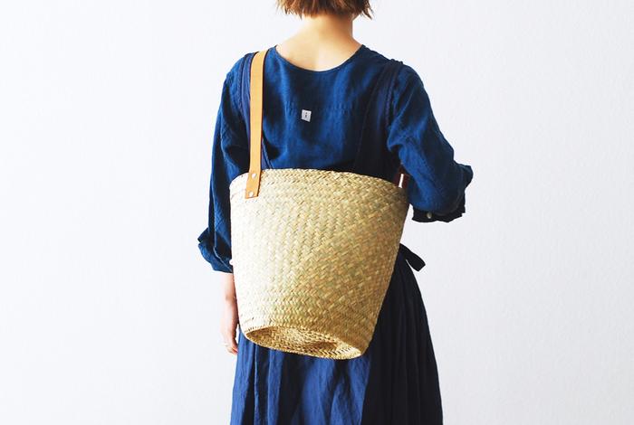 メキシコのヤシの葉を編んで作られたというドラム型のかごバッグ。大容量ながらも両手を空けて使えるのはうれしいですね。