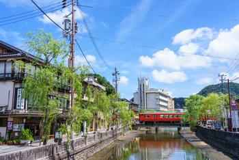 兵庫県の北部に位置する兵庫県豊岡市城崎町の温泉地「城崎温泉」。1300年もの歴史があるといわれています。街の中心部を流れる大谿川の両側には柳が植えられ、風情ある街並みが美しいところです。