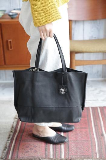 柔らかな色合いで染めた皮素材は、黒でも優しげな雰囲気を醸し出します。 シンプルで洗練されたデザインに加え、A4がしっかり入るサイズ感はオフィスにぴったり。