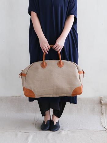 たくさんの荷物を入れてもへたれない、丈夫で良質な旅行鞄。どこかアンティーク感のある色合いが、旅気分を盛り上げてくれそうですね。