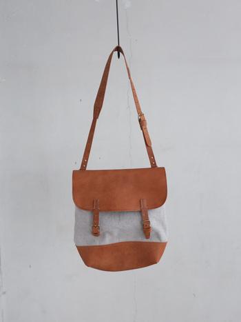 1年以上かけて作られるという天然素材の上質な皮を使用したバッグ。使い込むほどに変化する風合いを楽しむことができます。 布部分にはリネン素材を用いており、どこかほっこりした空気感を演出します。