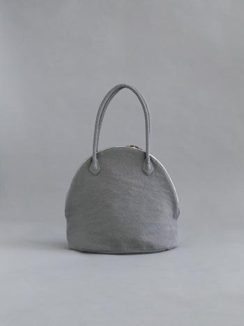 フランスのヴィンテージリネンを使用して作られた、ふっくらとしたシルエットがかわいらしいバッグ。 ヴィンテージだからこそ味わえる優しげな風合いが魅力です。