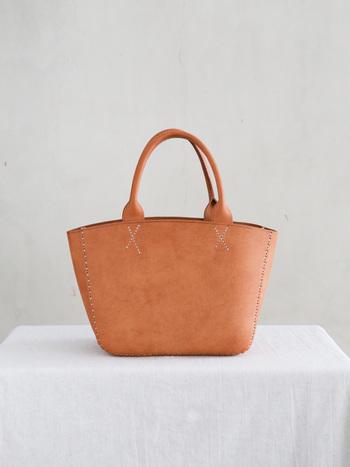 究極的に美しいトートバッグの理想のようなフォルムのバッグ。アクセントのように入ったステッチが遊び心を感じさせます。 使い込むほどに味が出る綺麗なあめ色も魅力的。