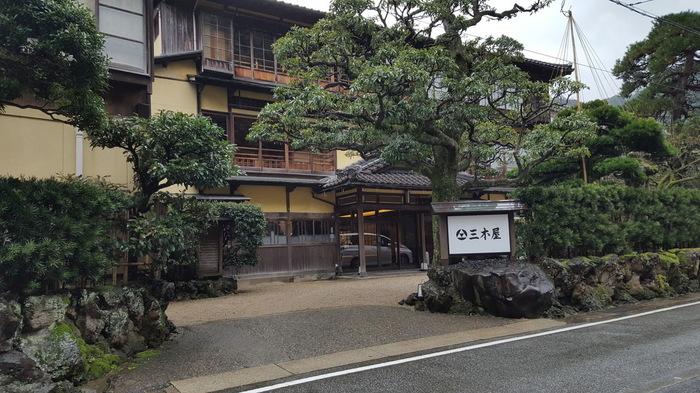 「三木屋旅館」は昭和2年(一部昭和20年代)に建てられた木造の旅館で、国登録の有形文化財となっています。文豪・志賀直哉の「城の崎にて」はこのお宿から生まれたと言われています。趣のあるお宿ですが、リフォームもされ宿泊はとても快適。一度は泊まってみたいお宿です。