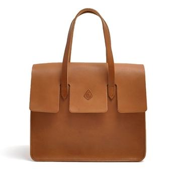 高級感あふれるなめらかなレザー素材とエレガントなデザインに心惹かれます。 斬新なカッティングを施しながらもトラディショナルな印象に仕上げたバッグです。
