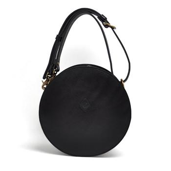 ころんとしたシルエットが心くすぐるサークルバッグ。高級感のある皮素材を使用し、コーディネートに品の良いアクセントを加えてくれます。