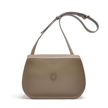 小さめサイズのショルダーバッグは、丸みをおびたフォルムが女性らしい。そんな柔らかな雰囲気の中にもシャープな印象を漂わせた絶妙なデザインです。
