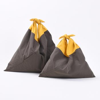 日本的なデザインを現代に蘇らせた革命的なデザイン。持ち手部分はコットンで手触りよく、袋部分はナイロンで丈夫に仕上げています。ポップなツートンカラーがかわいらしいですね。