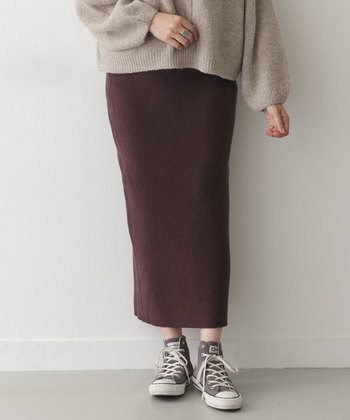 腰やお尻あたりから裾にかけてぴったりと体に沿った細いスカートを、タイトスカートと呼びます。スカートの丈は、短いものから長いものまで様々。 タイトスカートに似たペンシルスカートは、裾にいく程、徐々に細くなっているスカートのことを呼びます。  (※画像はタイトスカートです。)