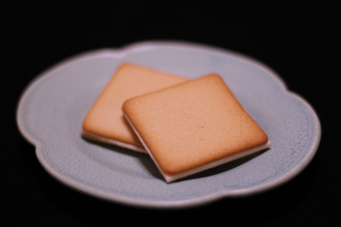 サクサクのクッキーの間には、濃厚なバターチョコクリームがサンドされています。紅茶やコーヒー、緑茶と一緒にいただけば、幸せな気分になれそう。