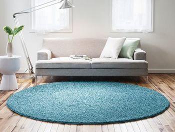 角がないため、ソファの足元やベッドサイドなどコンパクトなスペースに敷きやすいのも魅力です。