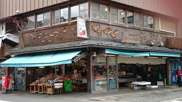 城崎で有名な鮮魚店「おけしょう鮮魚」。2階の食事処「海中苑」では、直送の新鮮な魚介類をいただくことができます。