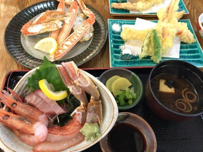 カニをお刺身でいただく「カニ刺し」など、鮮魚店ならではのメニューが並びます。松葉ガニはもちろん、甘エビなど新鮮素材を心ゆくまで堪能できるのがうれしいですね。