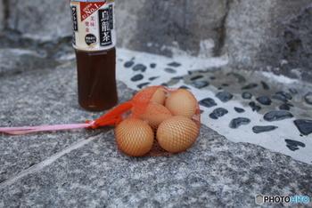 「湯村温泉」は、冬に積雪も多い北西部に位置する兵庫県美方郡新温泉町の温泉街です。歴史は約1200年前に慈覚大師により見つけられたという「荒湯」から。荒湯の湧き出す湯壷で温泉卵や野菜などを茹でることができるそうです。