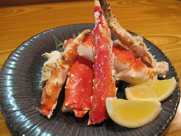 北海道の旬の味をリーズナブルに提供する、蟹と海鮮のお店。北海道産の本当においしい天然物にこだわって毎日新鮮なものを仕入れています。食べ応えのあるタラバガニは、焼きと茹でで楽しめます。もちろん、毛ガニなどもおすすめですので、食べ比べなどいかがでしょうか?