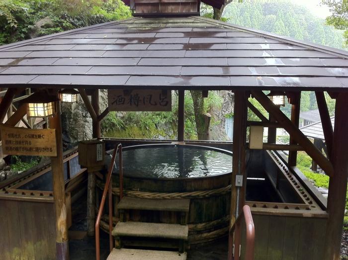温泉公園「リフレッシュパークゆむら」では、水着着用で楽しめる露天風呂があります。滝風呂、酒樽風呂といった、他ではあまりない温泉を楽しめますよ。