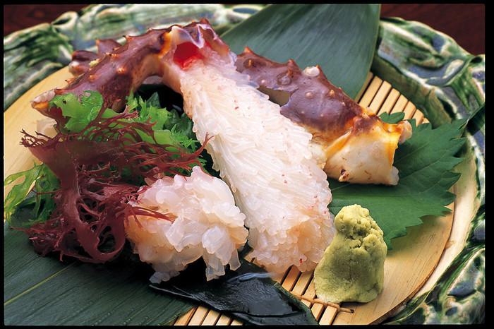 活きたままの蟹を店で茹で上げて、あつあつのまま食べられる老舗の蟹料理店。焼きタラバも、うまみ、甘みが広がる絶品です。また、タラバガニ刺し氷洗いも人気の一品だとか。蟹尽くしのコース料理もさまざまな蟹料理が一度に楽しめておすすめです。