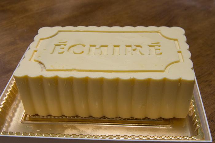 バタークリームの生ケーキ「ガトー・エシレ」は、日本ではブリックスクエアでしか買えないこともあり、開店前から行列ができることも。クリームの半量にエシレバターを使っていて、舌の上でとろけるようなまろやかさが絶品です。溶けやすいバターケーキで賞味期限が翌日までと短いため、近場の実家への手土産など、その日のうちに食べられる時にいかがでしょうか?