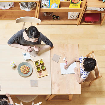 小さなお子さんのいるご家庭で、ダイニングのお困りごとは「食べこぼし」ではないでしょうか。掃除のしやすさを考えれば、リビング同様にインテリアをシンプルにまとめることが大切です。
