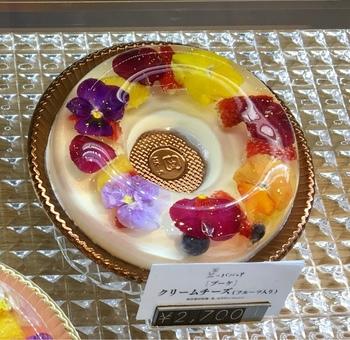 エディブルフラワーを使ったババロアは、どれも美しく、思わずうっとり。こちらの「ブーケ」は、バニラヨーグルトやオレンジ、クリームチーズなどいくつかのフレーバーで作られて、ネーミング通り、花束のようにエレガントです。