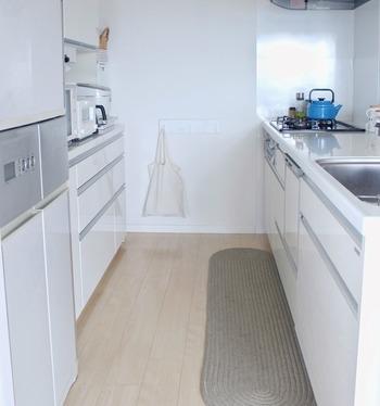 特に気をつけたいのが、調理などでキッチンの床に落ちた油と水分による汚れ。室内のほこりなどを吸着して汚れがひどくなるため、すぐに拭き取る癖をつけたいですね。キッチン用スリッパを用意するのもひとつの方法です。