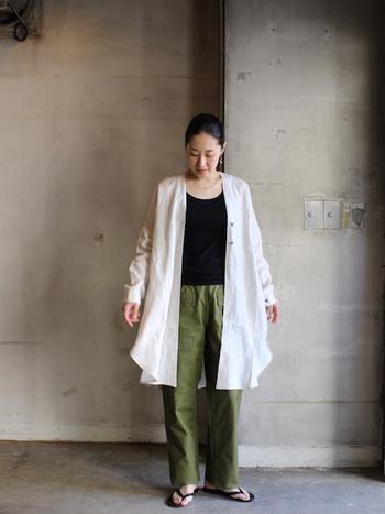 シンプルなノーカラーシャツワンピ。インナーの色が暗くても、さっと上から白シャツワンピを羽織れば軽やかな雰囲気に。
