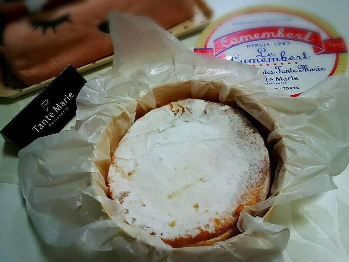 こちらのは、看板商品の「カマンベールチーズケーキ」。甘さが控えめでコクのある味わいは、ティータイムにはもちろん、ワインとの相性も抜群です。