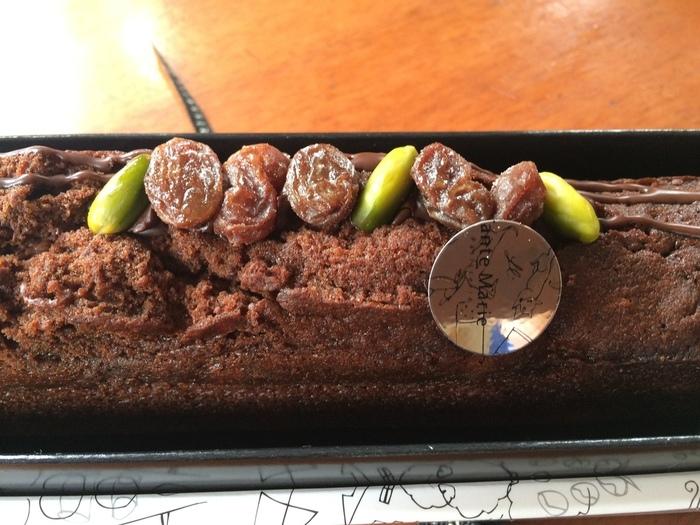 ドライフルーツがたっぷり入ったパウンドケーキも人気。こちらの「ケーク・オ・ショコラ」は、レーズンのラム酒漬けとチョコレートチップを入れて焼き上げています。10日ほど日持ちするので、すぐに渡せない場合も安心ですね。ほかにも、イチジクやプルーンなどが贅沢に入った「ケーク・オ・フリュイ」など4種類からセレクトできます。