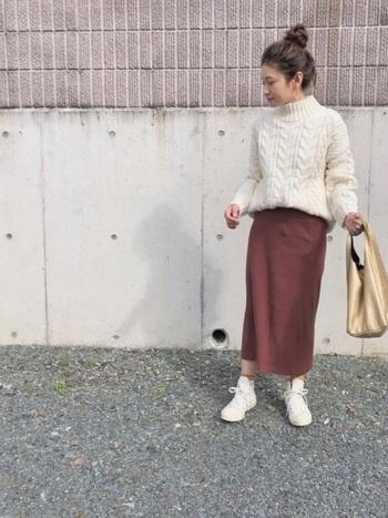ニットトップスには、季節感を感じるブラウン系ペンシルスカートで、ほっこりあったかコーデを♪タートルネックに合わせたお団子ヘアも可愛らしいですね。