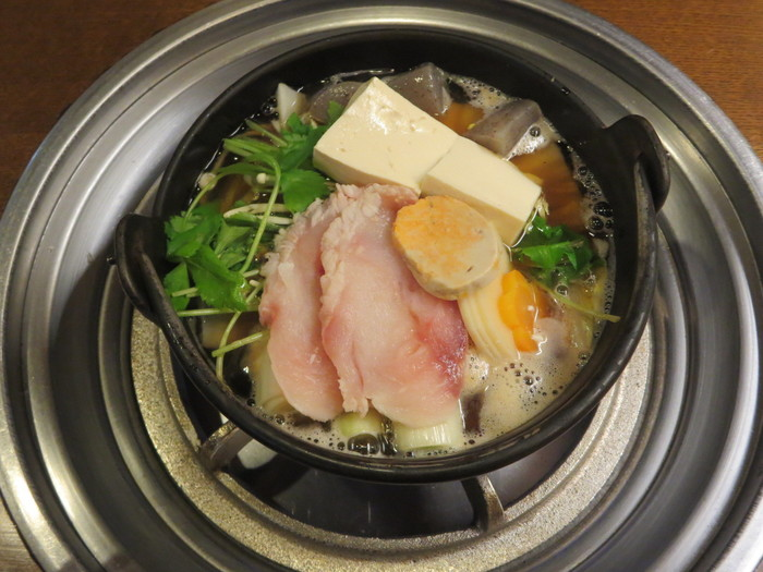 茨城郷土料理の老舗。名物の元祖あんこう鍋は、地味噌にあんこうの肝をすり込み、炭火であぶったもので味つけしています。その香ばしさと豊かなコクが特徴の、長く親しまれる伝統の味。4月頃まで味わえるそうです。