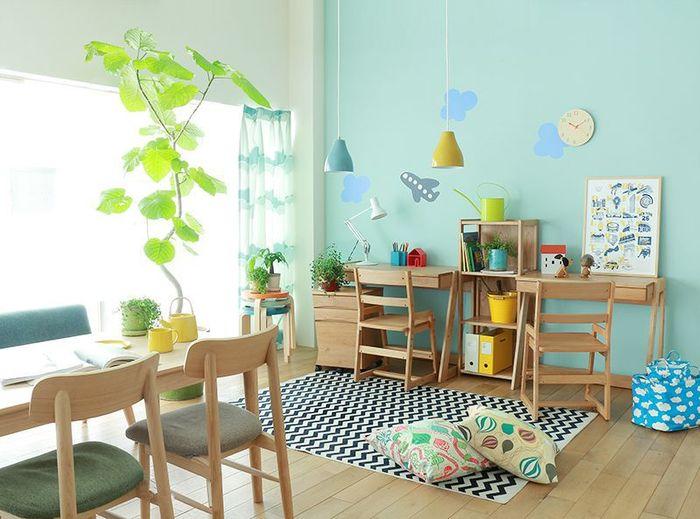 小さなお子さんのいるご家庭で人気なのが、リビングなど家族が一緒に過ごす空間にキッズスペースをつくるアイデア。お子さんが遊ぶ様子を見ながら家事ができる、家族の距離がぐっと縮まるなど、メリットがたくさんあります。