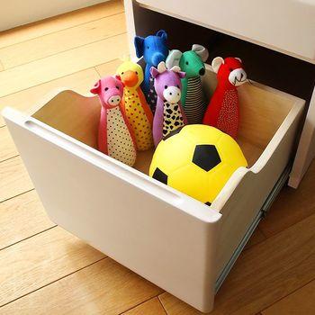 おもちゃや持ち物をすっきりまとめておくなら、ワゴン収納もおすすめ。使うときにワゴンを持ってくれば、どこでもキッズスペースが作れます。使い終わったらワゴンに戻せばいいため、片付けも楽ですね。